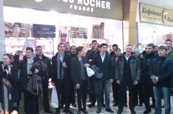 У московському ТЦ російські семінаристи заколядували українською (відео)