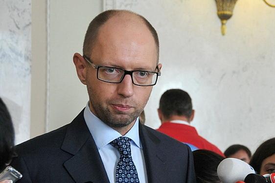 Яценюк доручив готувати економіку до переходу на «військові рейки»