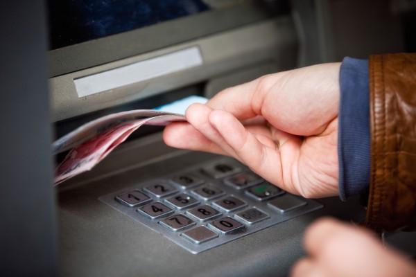 Банки братимуть комісію на зняття готівки з банкомату