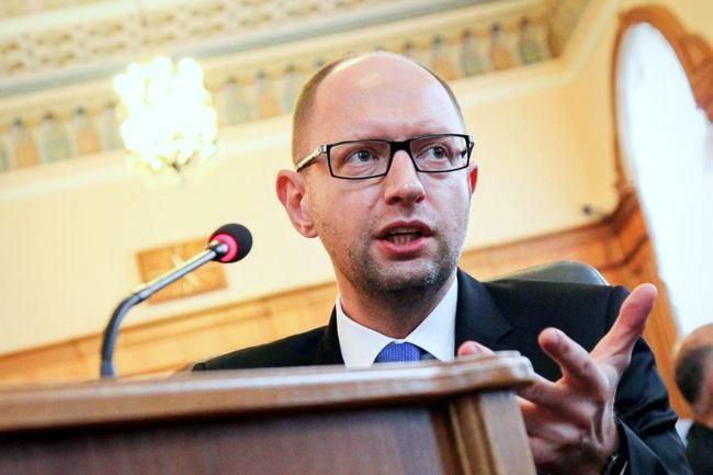 Яценюк розкритикував Гонтареву і запевнив, що в Україні достатньо валюти