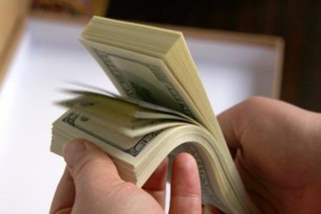 Нацбанк заборонив знімати долари з карток