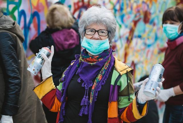 Пенсіонери з балончиками розмальовують стіни на вулицях Лісабона