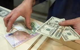 У червні українці забрали з банків менше 1% валютних депозитів