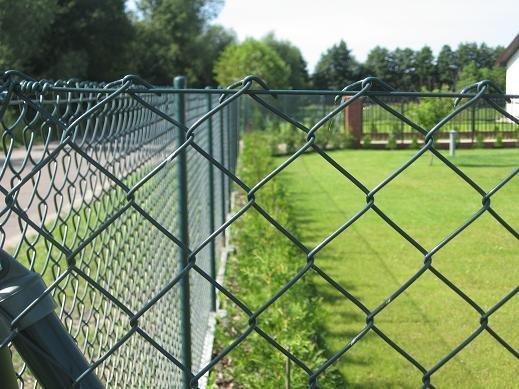 Житель Локачинщини зняв 50 м сітки із чужого паркану, щоб здати на брухт