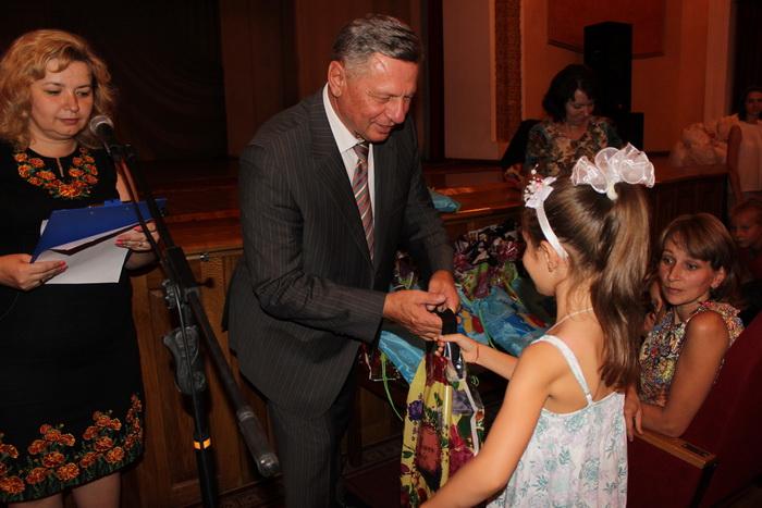 У Луцьку міський голова вручив дітям з малозабезпечених родин шкільне приладдя