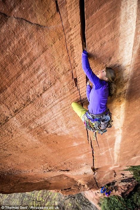 Швейцарська вчителька піднялася на скелю висотою 300 метрів, використовуючи лише руки