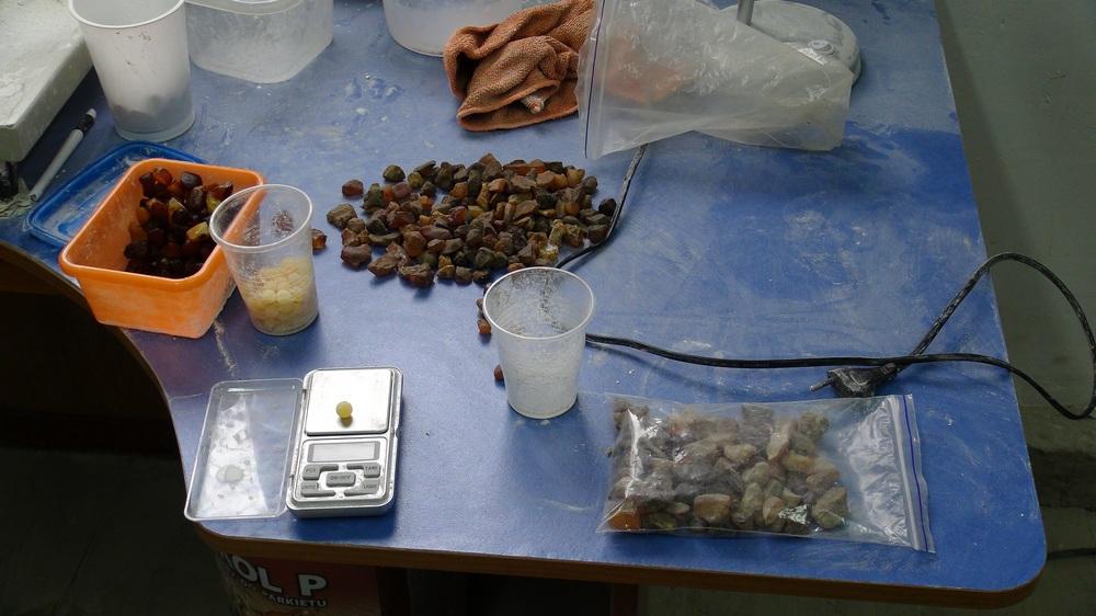 На Волині викрили підпільний цех по переробці сирцю бурштину