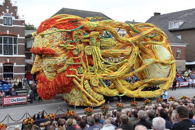 На квітковому параді в Нідерландах продемонстрували 19 гігантських квіткових платформ, присвячених творчості Ван Гога