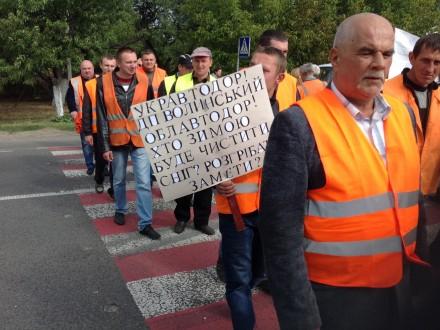 Понад 800 волинських дорожників перекрили траси через невиплату зарплат