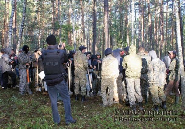 На Маневиччині з копачами бурштину бореться тисяча силовиків і БТР