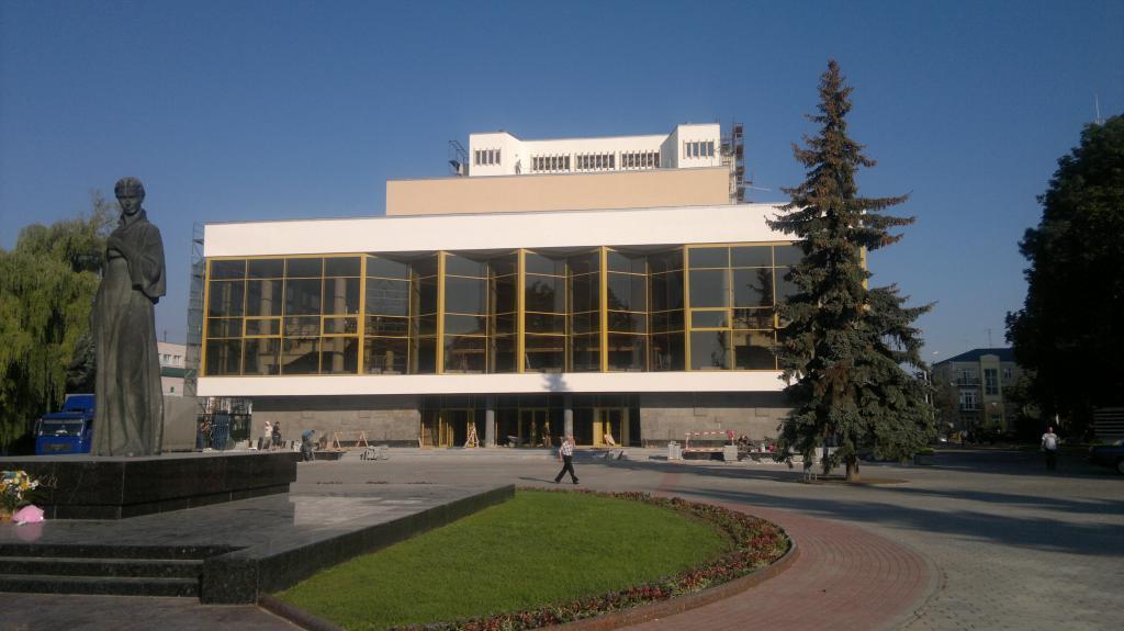 Волинський драмтеатр цілий місяць показуватиме вистави безплатно
