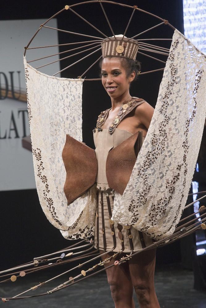 У Парижі продемонстрували плаття з шоколаду
