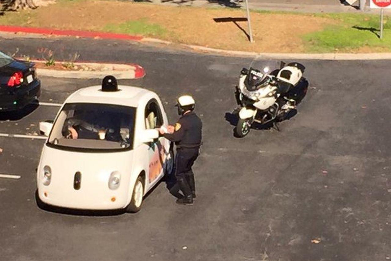 У США поліцейський намагався оштрафувати безпілотний автомобіль Google