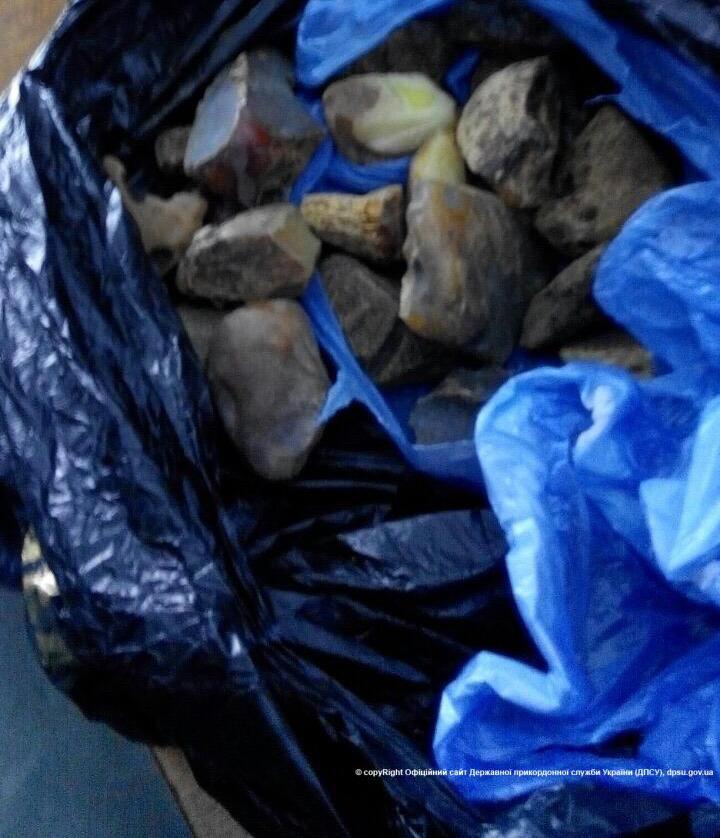 На Волині у чоловіка знайшли понад 5 кілограмів контрабандного бурштину