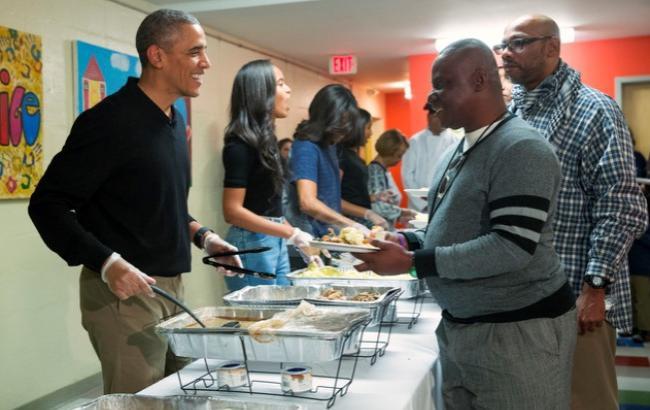 Барак Обама роздавав їжу в притулку для бездомних