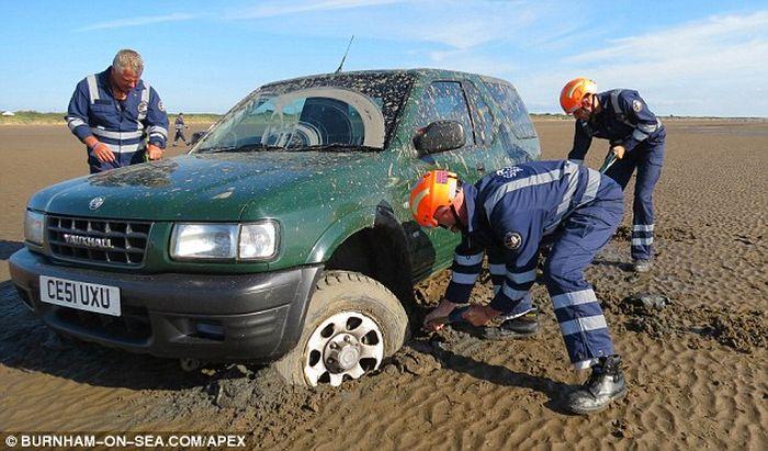 На іспанському пляжі знайшли застряглий позашляховик наркомафії з двома тоннами гашишу