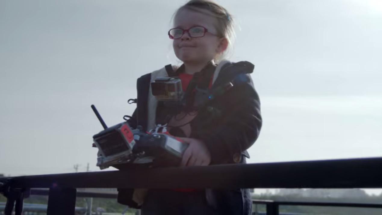 4-річній дівчинці довірили вантажівку Volvo на пульті управління