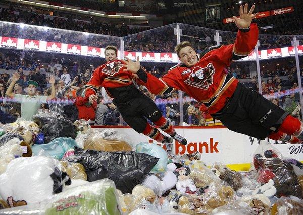 Канадські хокейні вболівальники кинули на лід 28 000 плюшевих ведмедиків