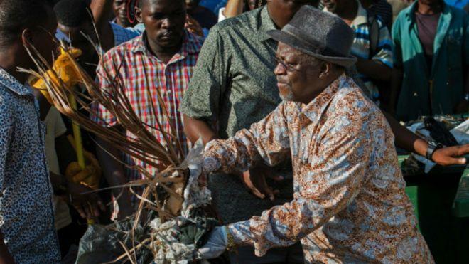 Президент Танзанії в День незалежності прибирав на вулиці
