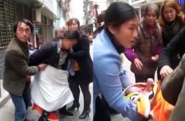 Китаянка народжувала на вулиці, просто стоячи (відео)