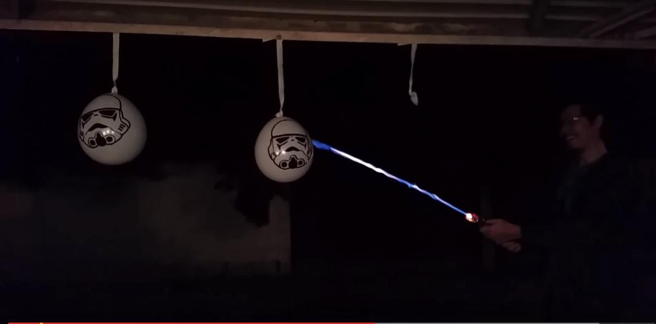 Американський інженер створив перший реальний світловий меч