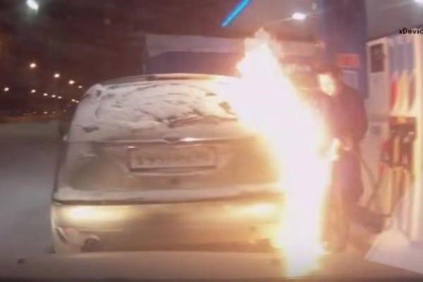 У Росії жінка влаштувала пожежу на АЗС,  перевіряючи запальничкою, скільки налито бензину