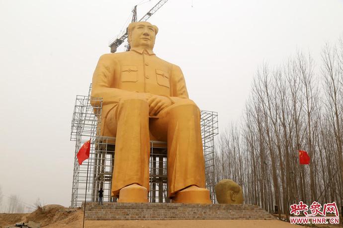 37-метровий позолочений пам'ятник Мао Цзедуну простояв лише три дні