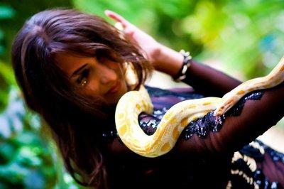 У Таїланді під час зміїного шоу пітон вкусив туристку