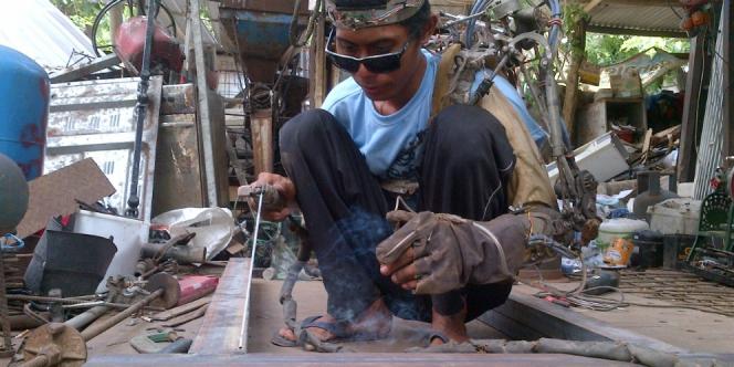 Паралізований індонезієць створив механічну руку
