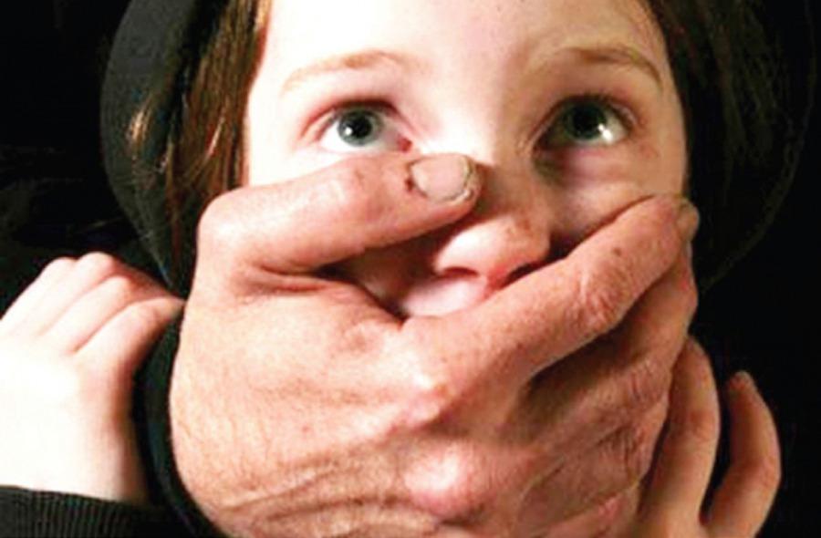 Москвич кілька років ґвалтував свою малолітню дочку і знімав це на відео