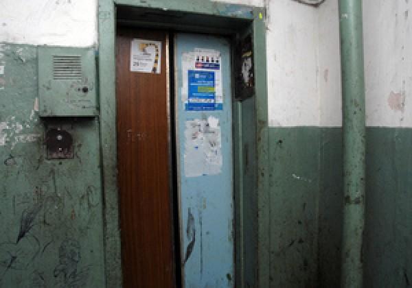 Намагаючись вибратися з ліфта, підліток застряг між поверхами і загинув