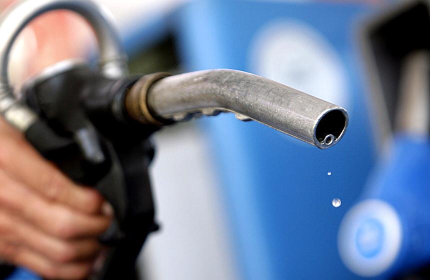 В ОАЕ через падіння цін на нафту бензин став дешевшим за воду