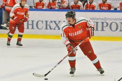Хокейну ключку Лукашенка продали на аукціоні за $ 3 600