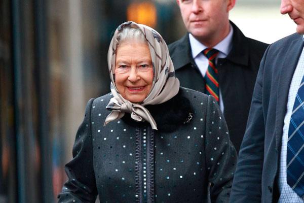 Єлизавета II прокаталася на електричці