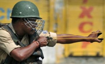 Індійських поліцейських озброїли рогатками