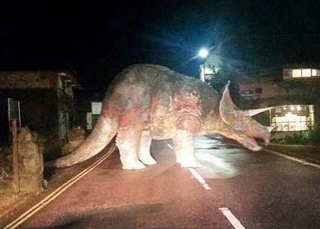 Гігантський динозавр перекрив дорогу в Британії