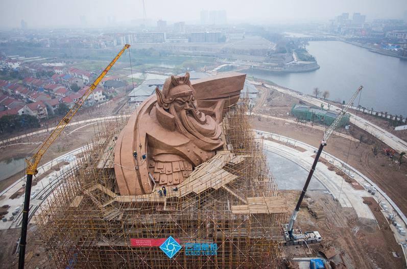 У Китаї побудували гігантську скульптуру Бога війни і багатства