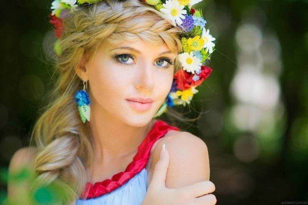 Візуально привабливі жінки в більшості випадків володіють приємним голосом