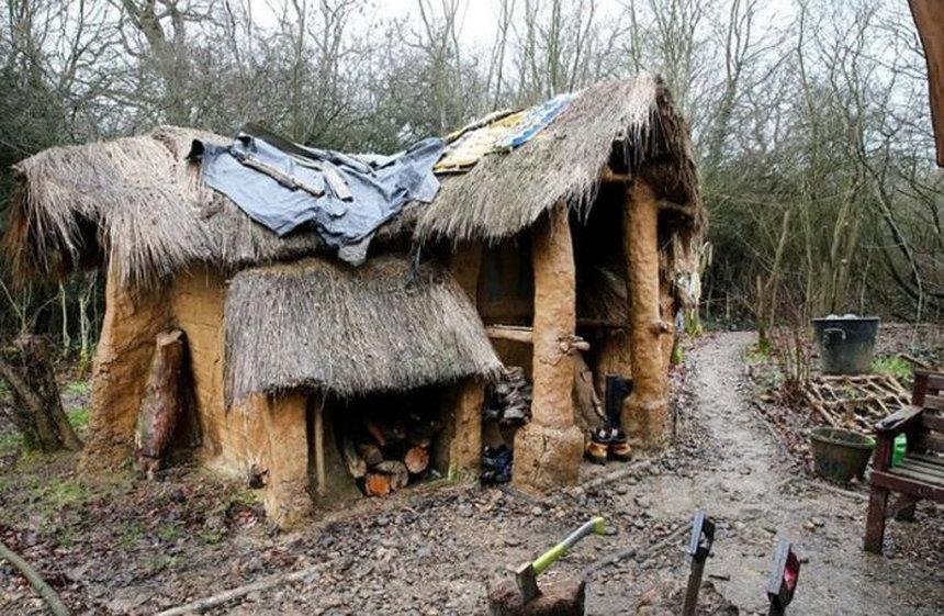 Британського бездомного, який побудував мазанку в лісі, виганяють з дому