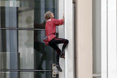 У Парижі 53-річний «людина-павук» підкорив 187-метровий хмарочос