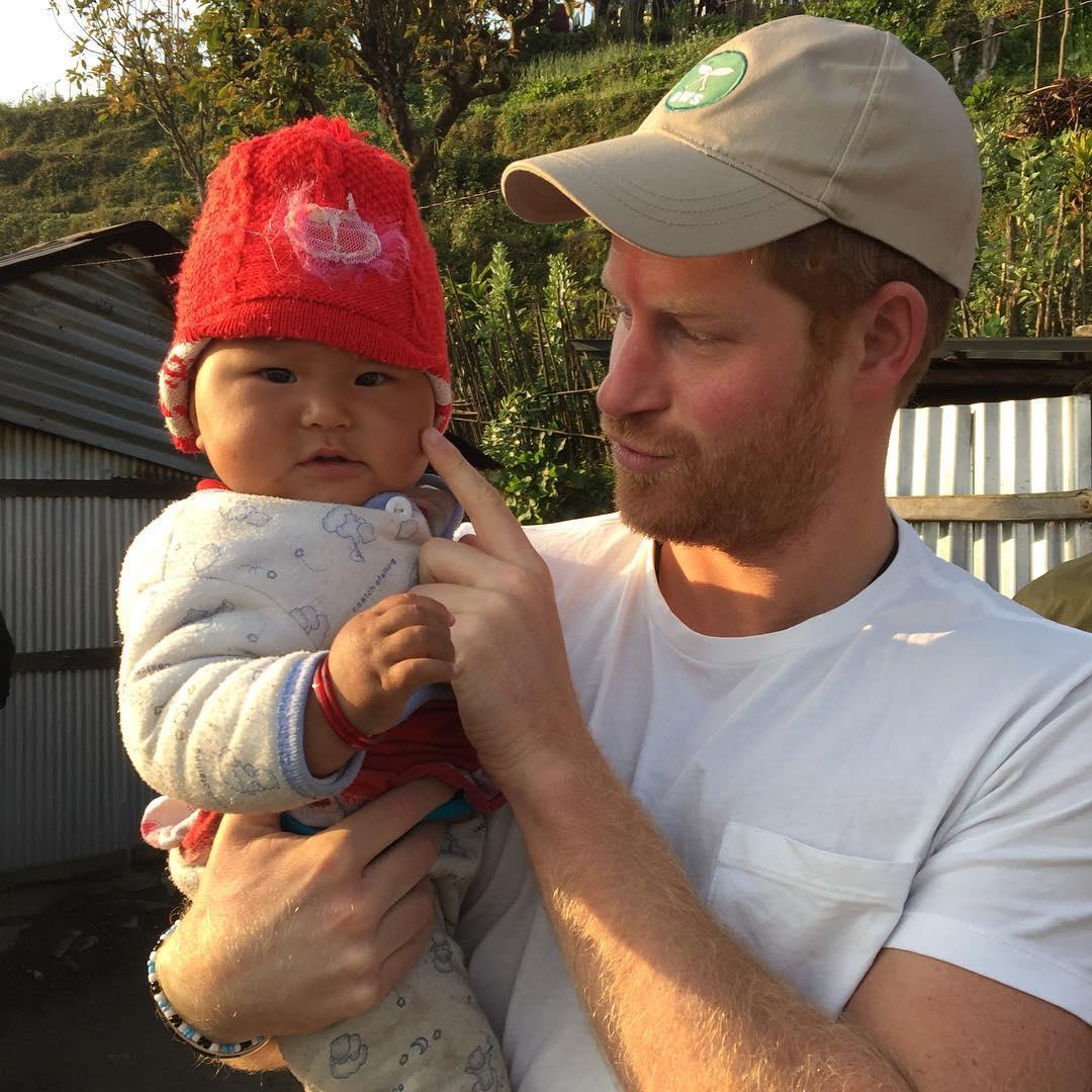 Фото принца Гаррі з немовлям підкорило ЗМІ
