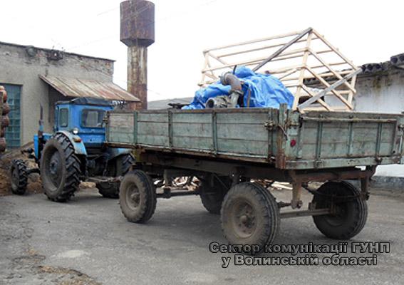 На Волині поліцейські вилучили трактор з обладнанням для незаконного видобутку бурштину