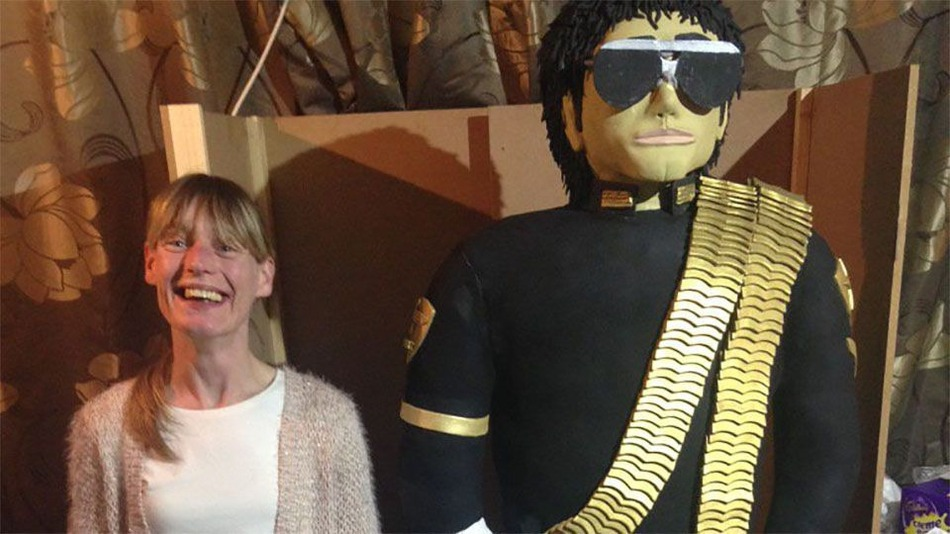 Британка спекла величезний торт у вигляді Майкла Джексона
