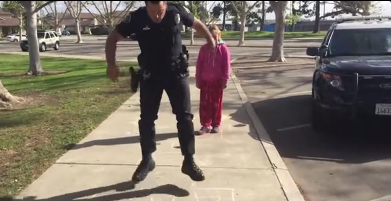 Вчинок американського поліцейського «підірвав» мережу (відео)