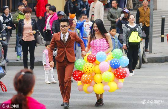 У Китаї наречений зробив дві весільні сукні для коханої з 600 повітряних кульок (фото)