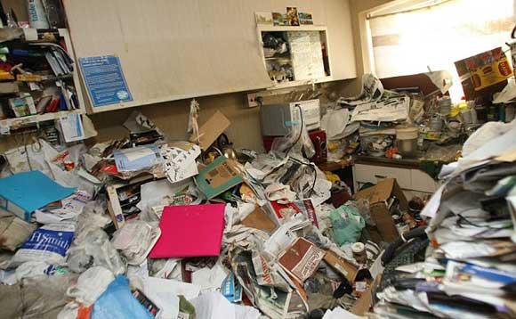 В Іспанії чоловіка родавило купою сміття у власному будинку