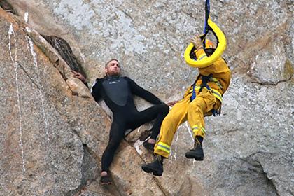 Закоханого каліфорнійця, який  зробив пропозицію на скелі, довелося рятувати на вертольоті