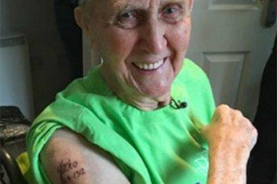104-річний житель Великобританії, як і обіцяв, став найстарішим у світі клієнтом тату-салону