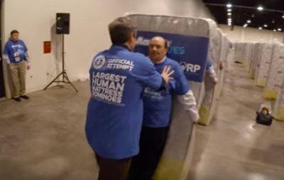 У Мережі опубліковано відео зі світовим рекордом по живому «людському доміно»