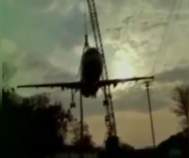 В Індії баштовий кран придавив авіалайнер (відео)